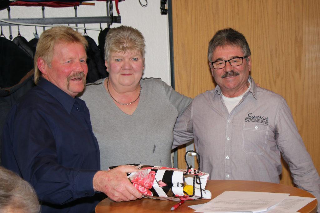 Winfried Funk (links) und Wolfgang Hasprich (rechts) bedanken sich bei Marion Maibaum für ihre 30-jährige Mitgliedschaft